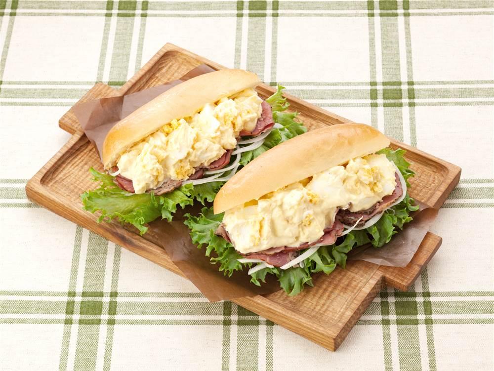 写真:たまごとパストラミビーフのドッグサンド