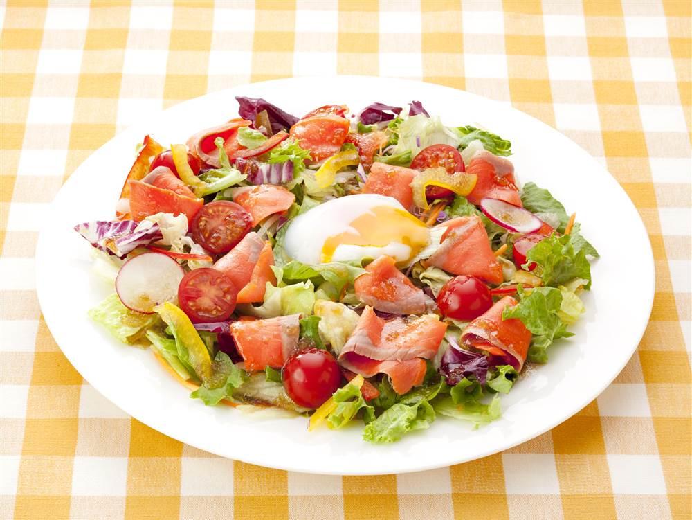 写真:とろ~り半熟たまごとスモークサーモンのサラダ