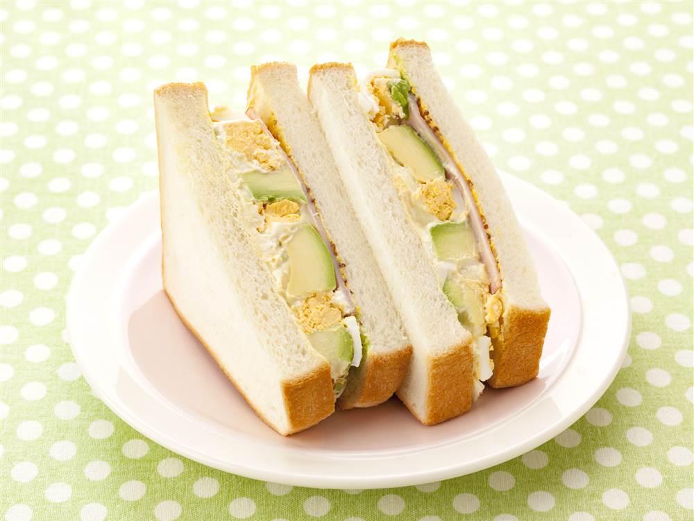 写真:たまごとアボカドのサンドイッチ