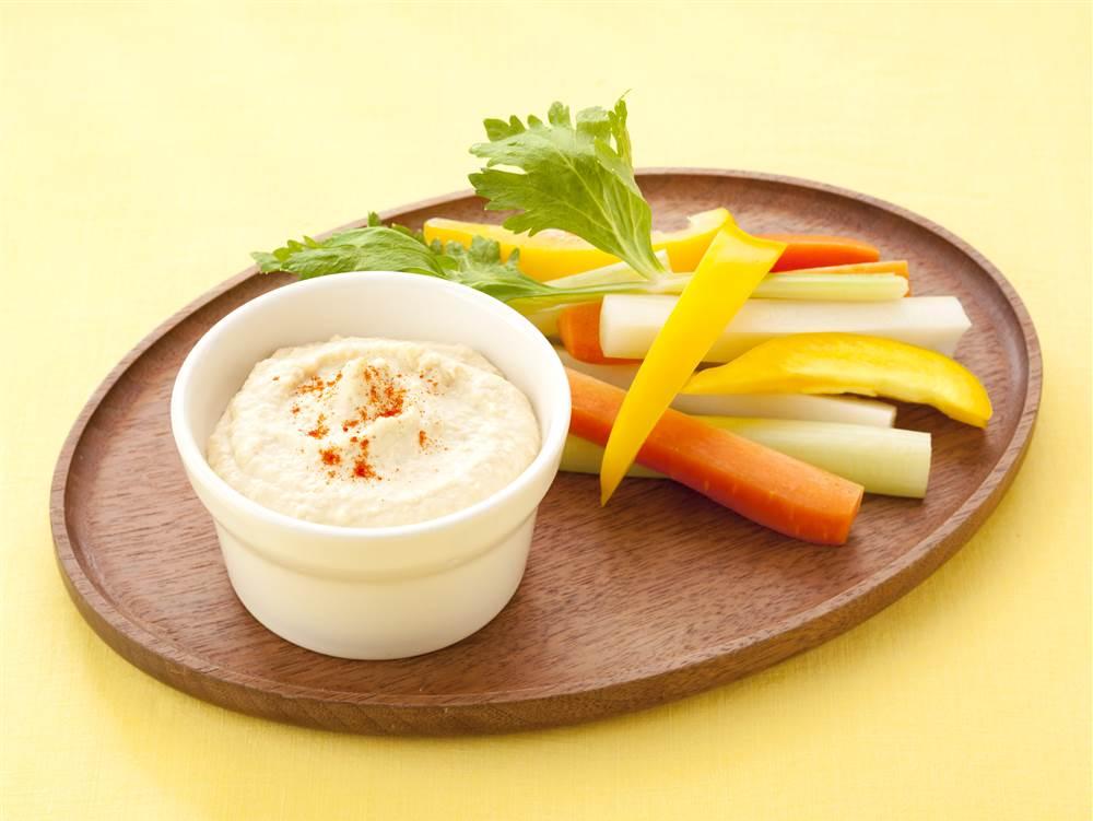 写真:ガルバンゾのマヨフムス 野菜スティック添え