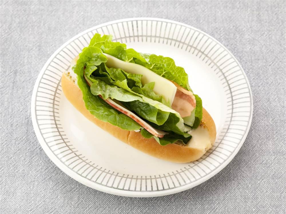 写真:ロメインレタスのドッグサンド
