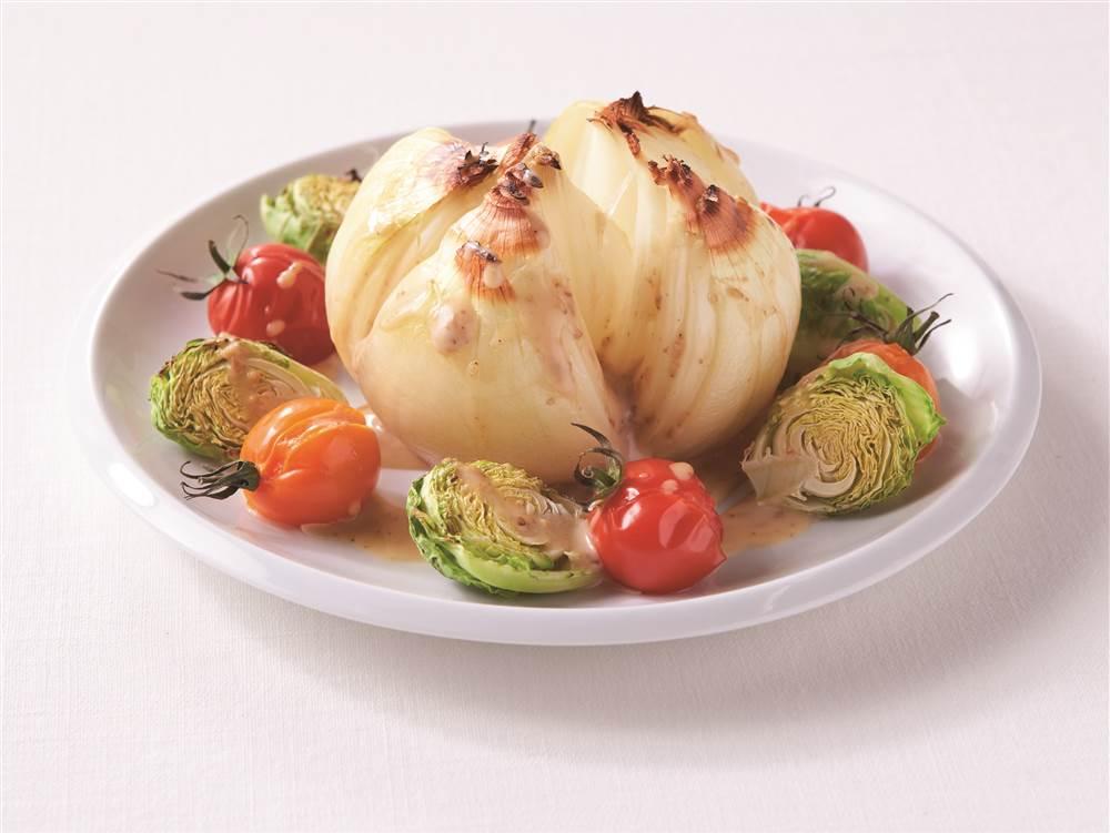 写真:まるごと玉ねぎの焼きサラダ