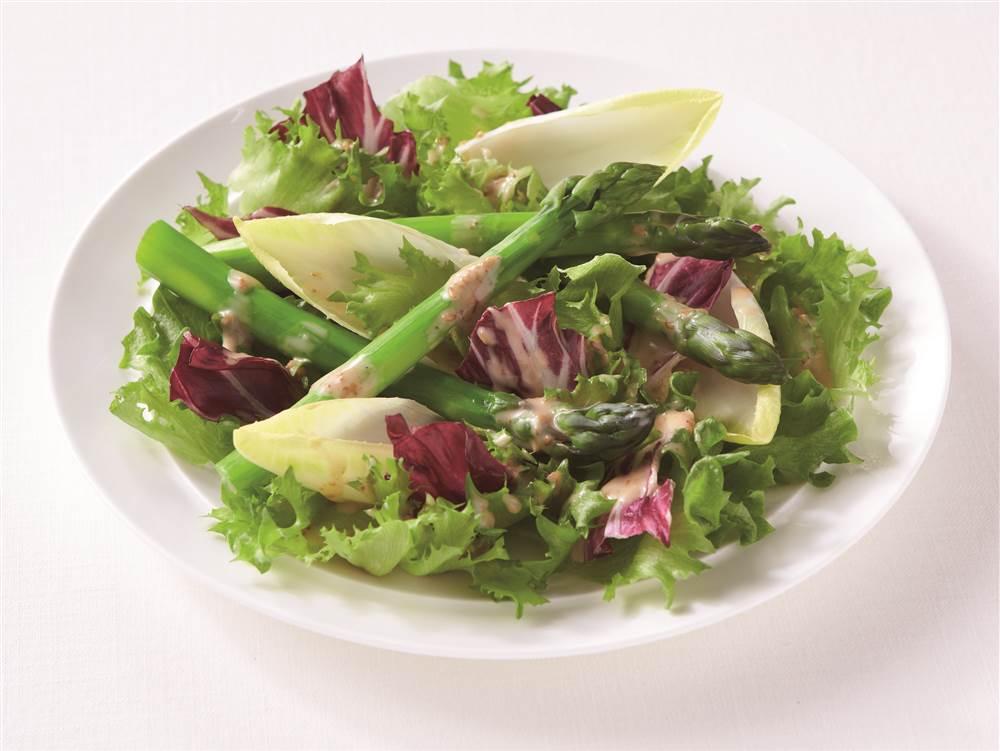 写真:まるごとグリーンアスパラガスとチコリのサラダ