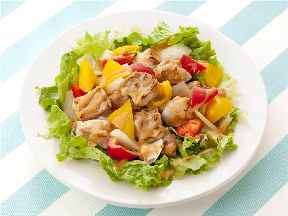 写真:パプリカと鶏肉のサラダ