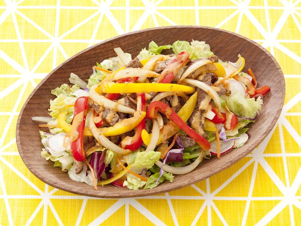写真:パプリカと牛焼肉と10品目野菜のサラダ