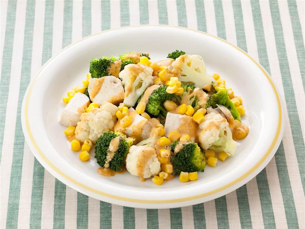 写真:花野菜と鶏肉のホットコブサラダ