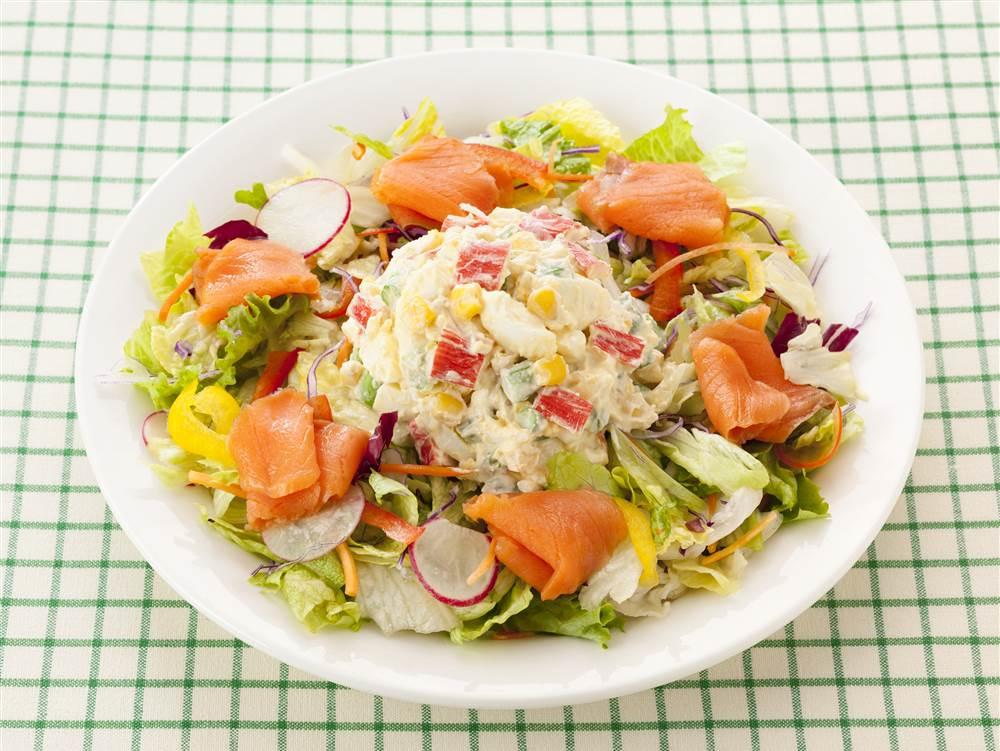 写真:たまごとかにかまとアスパラガスのサラダ