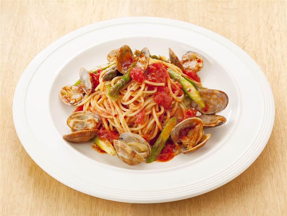 写真:アスパラガスとあさりのガーリックトマトスパゲティ