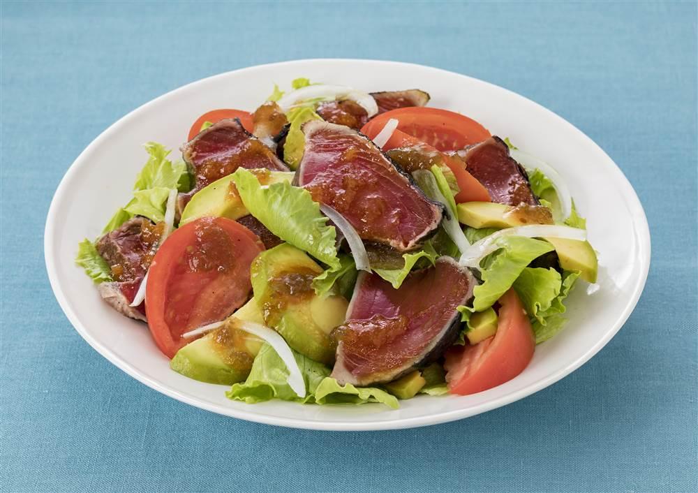 写真:かつおのたたきとアボカドのサラダ