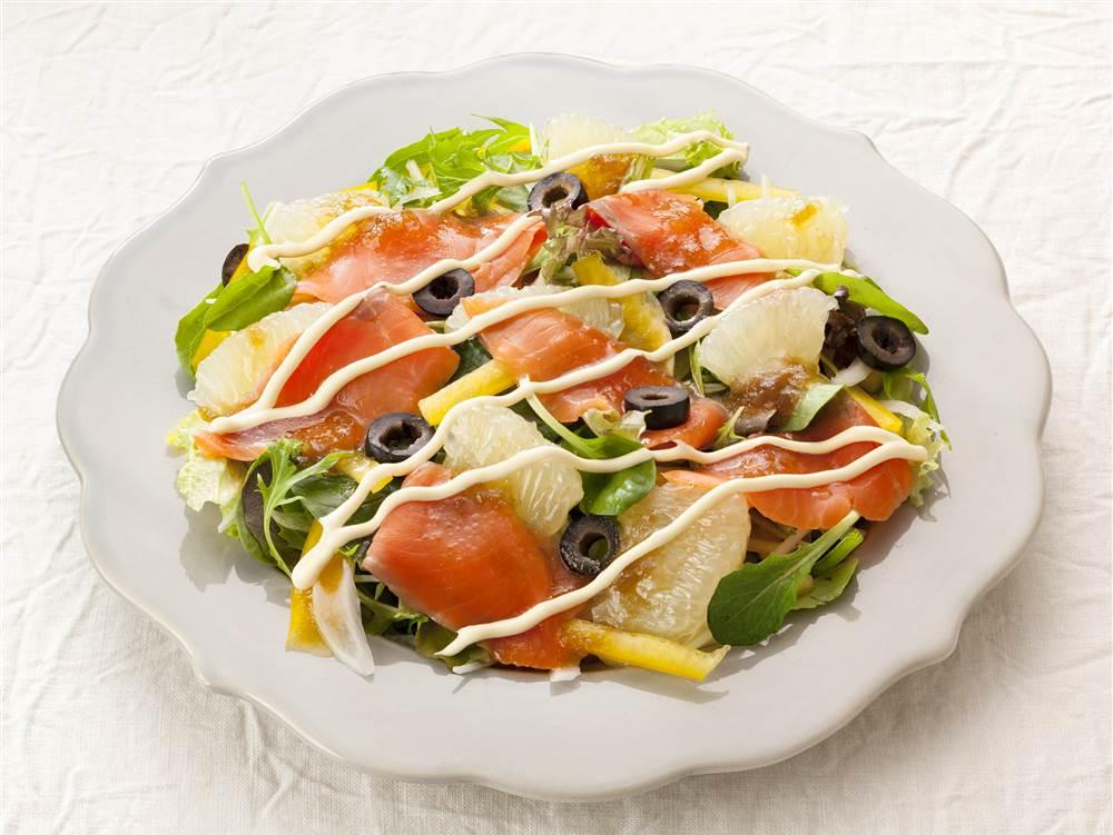 写真:ベビーリーフとスモークサーモンとグレープフルーツのパワーサラダ