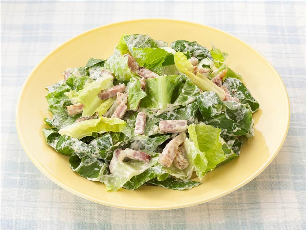 写真:ロメインレタスと厚切りベーコンのサラダ