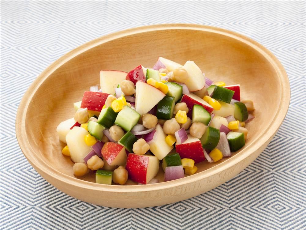 写真:ガルバンゾと彩り野菜とりんごのパワーサラダ
