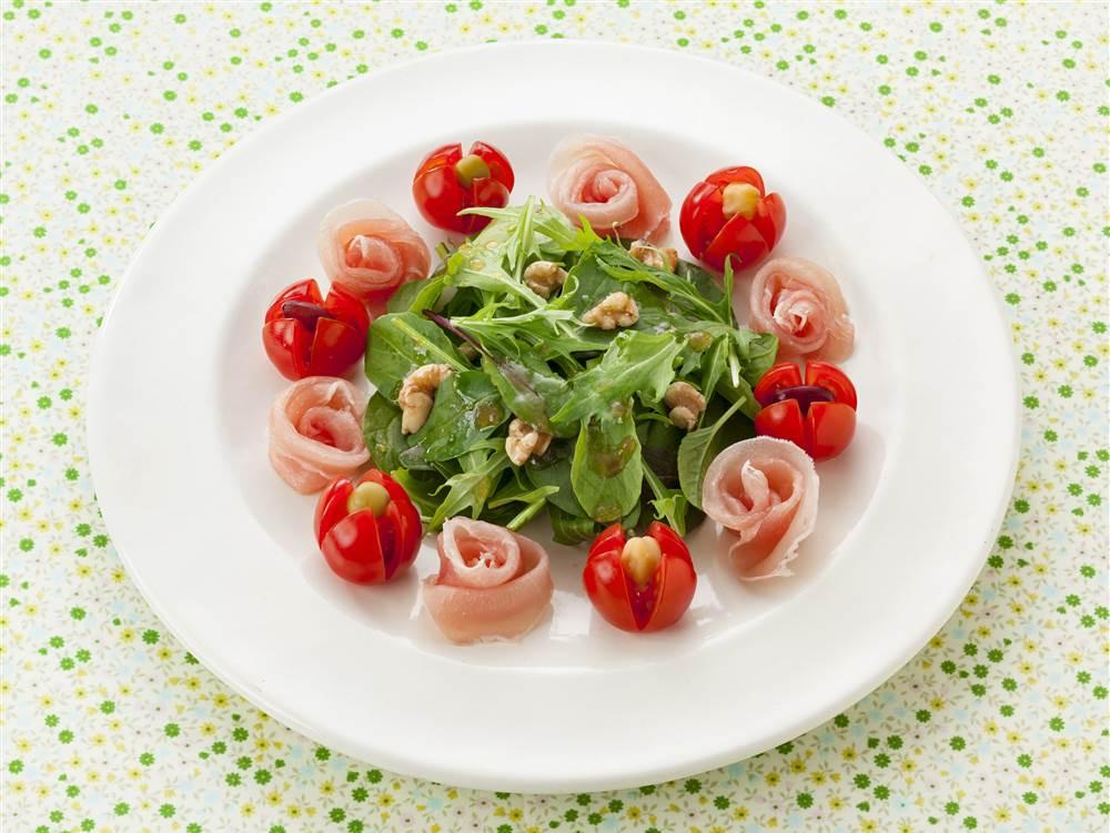 写真:プチトマトと生ハムのお花サラダ