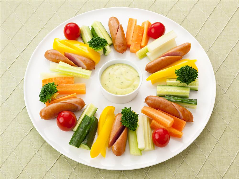 写真:野菜とソーセージのディップdeリースサラダ