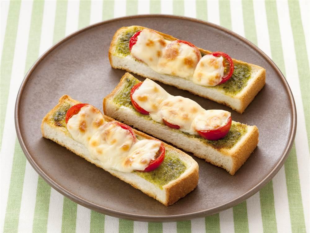 写真:プチトマトのバジルチーズトースト