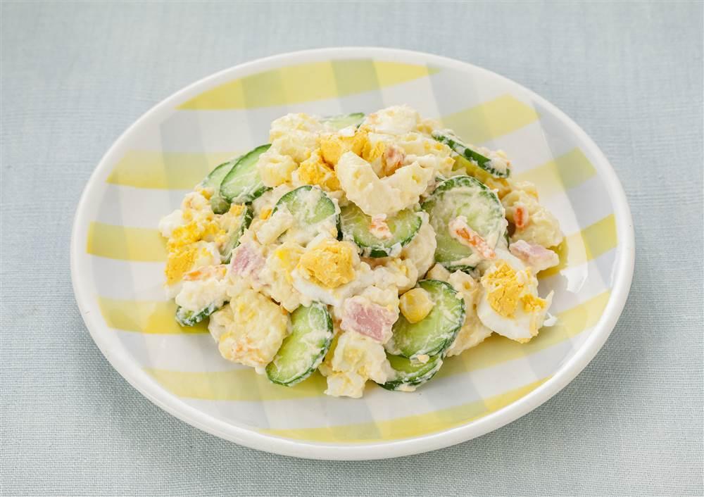 写真:たまごとマカロニときゅうりサラダ