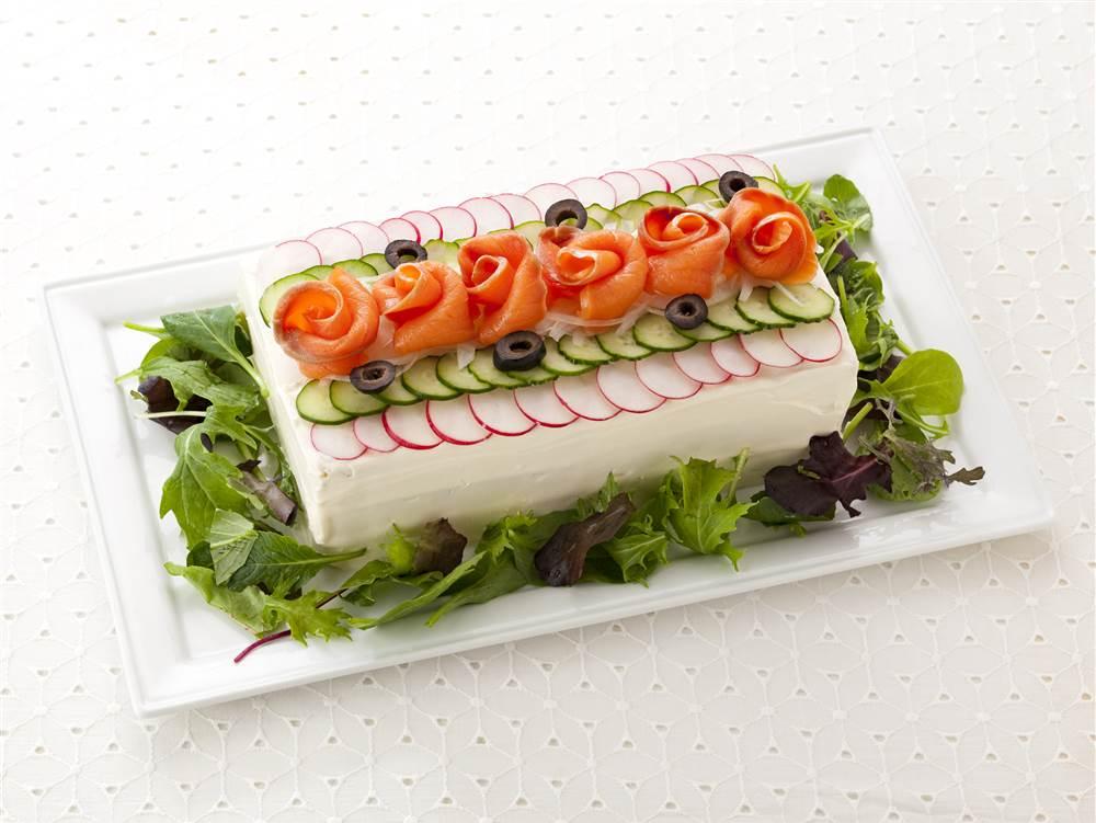 写真:スモークサーモンとえびのサンドイッチケーキ