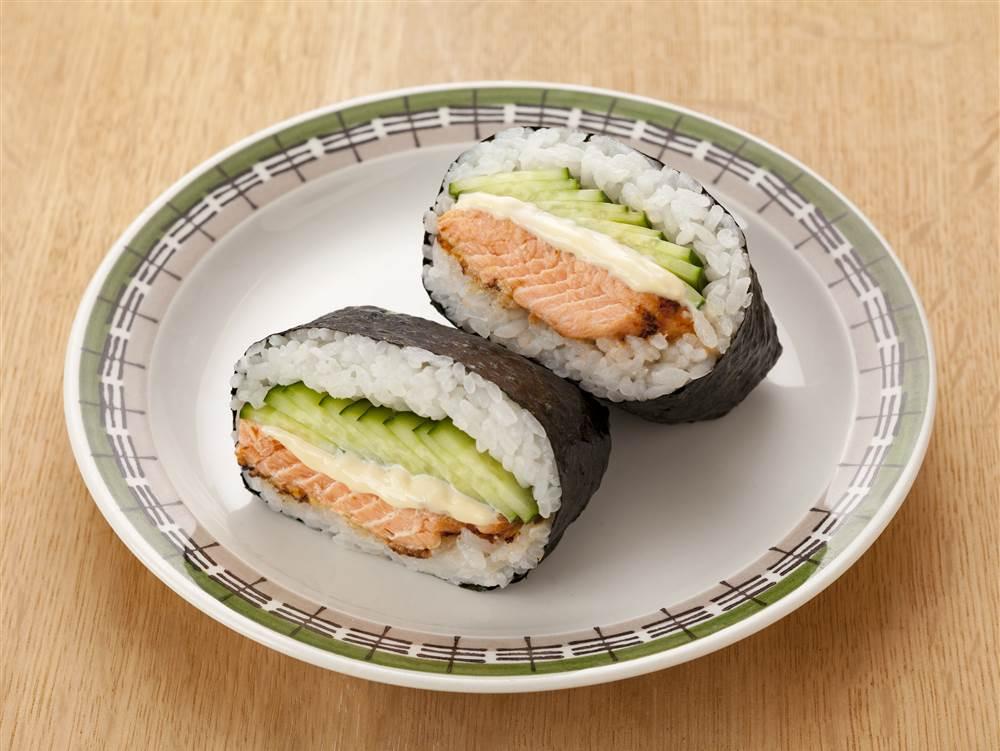 写真:鮭のみそマヨ焼きときゅうりのおにぎらず