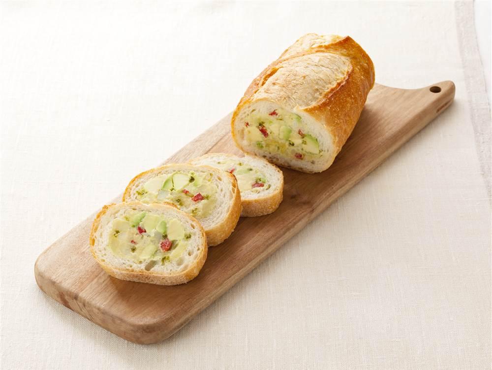 写真:バジルポテトサラダのスタッフドバゲット