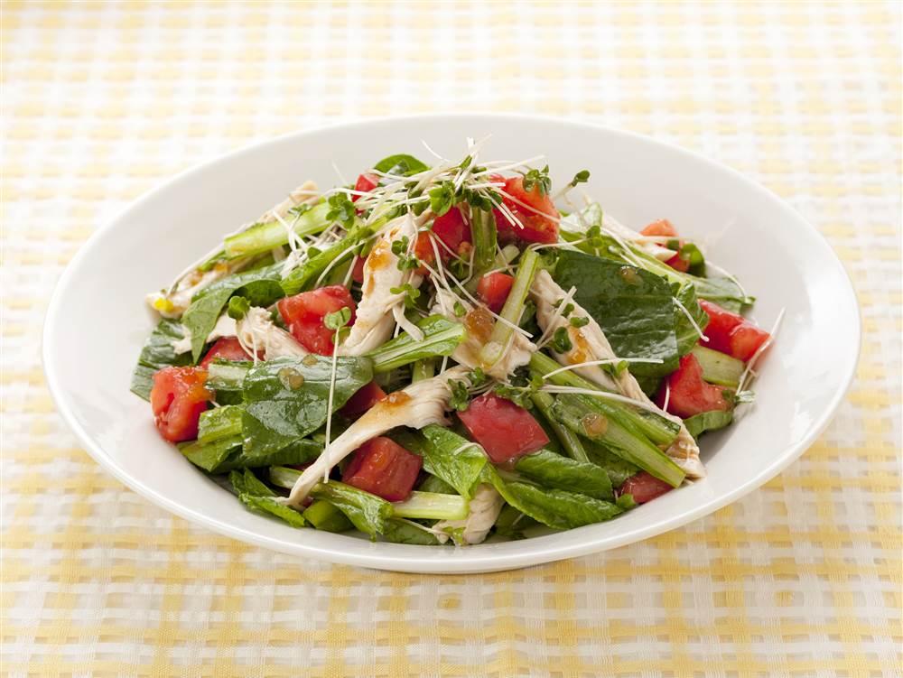 写真:小松菜とスプラウトと蒸し鶏のサラダ