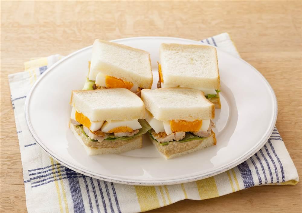 写真:チキンとガルバンゾのフムスのサンドイッチ