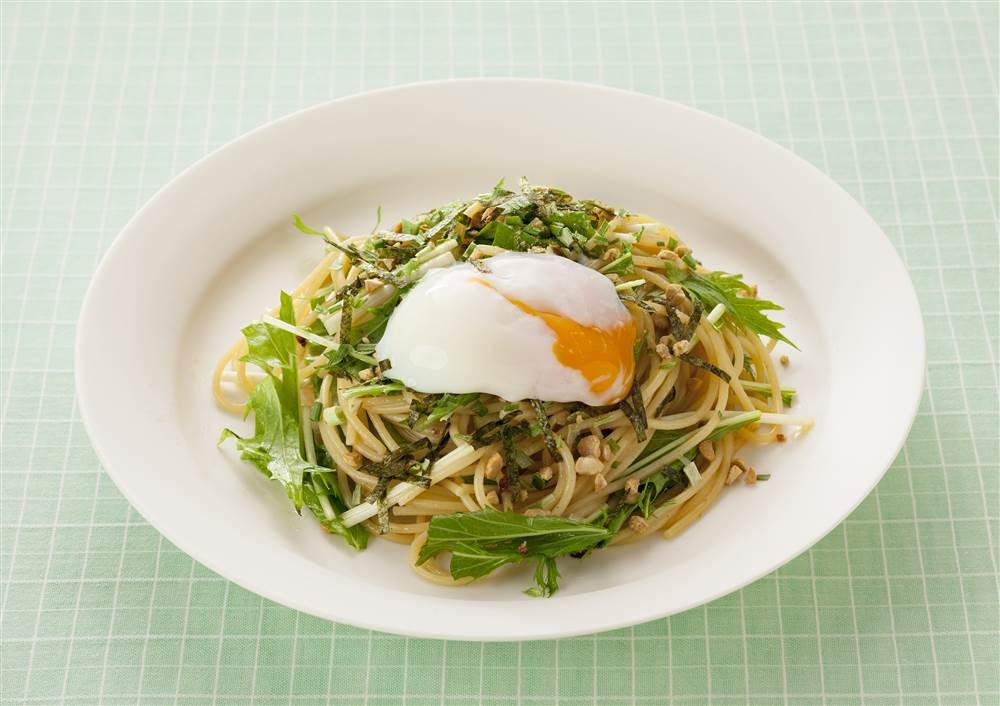 写真:水菜と半熟たまごの納豆スパゲッティ
