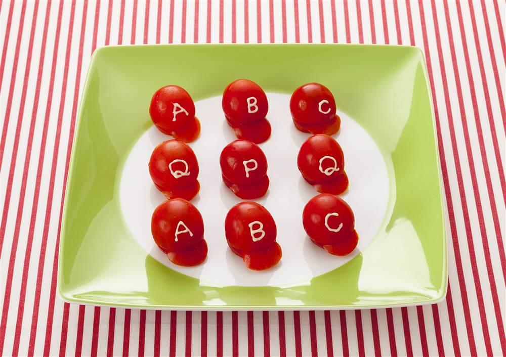 写真:プチトマトで作るベースボールキャップ