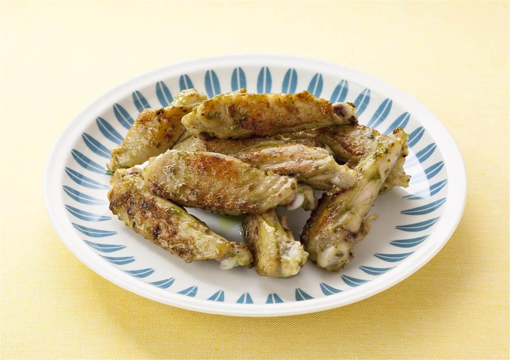 写真:鶏手羽中のバジルチキン