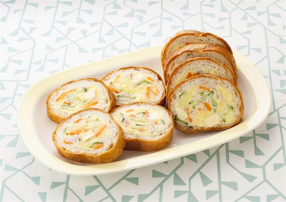写真:チーズ入りポテトサラダのスタッフドバゲット