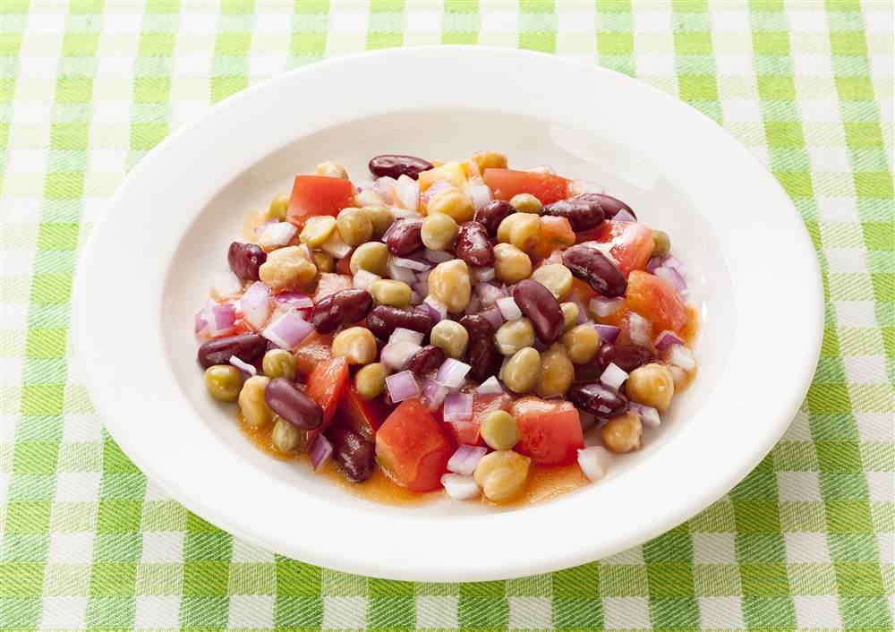 写真:トマトとミックスビーンズのサラダ