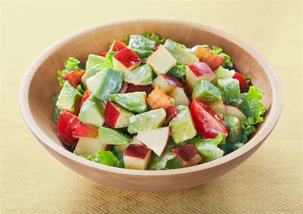 写真:りんごとアボカドのチョップドサラダ