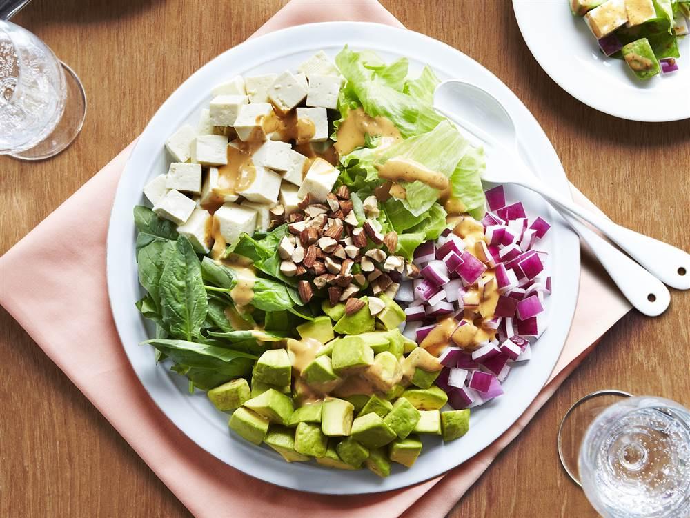 写真:野菜と豆腐で作ったコブサラダ