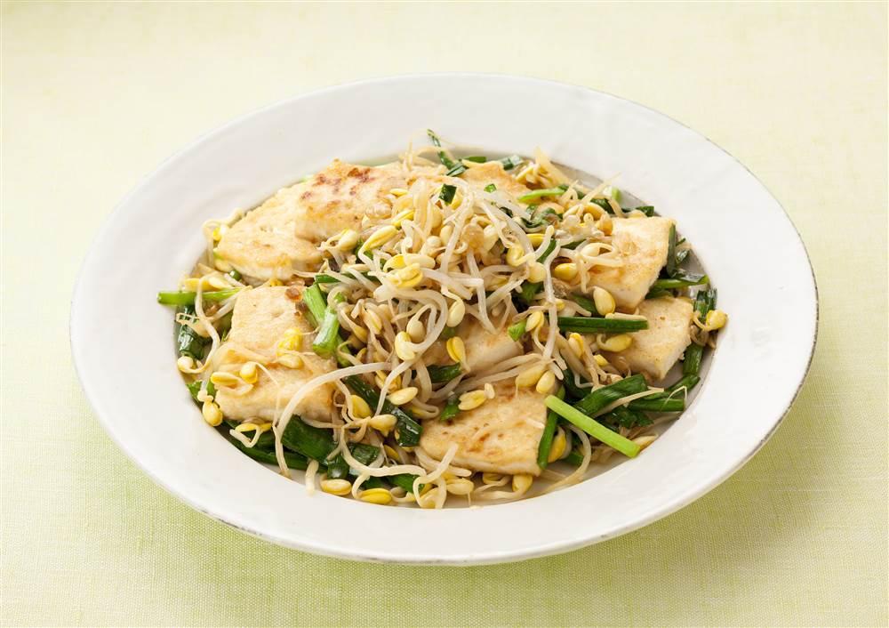 写真:大豆もやしと豆腐とにらのソテー