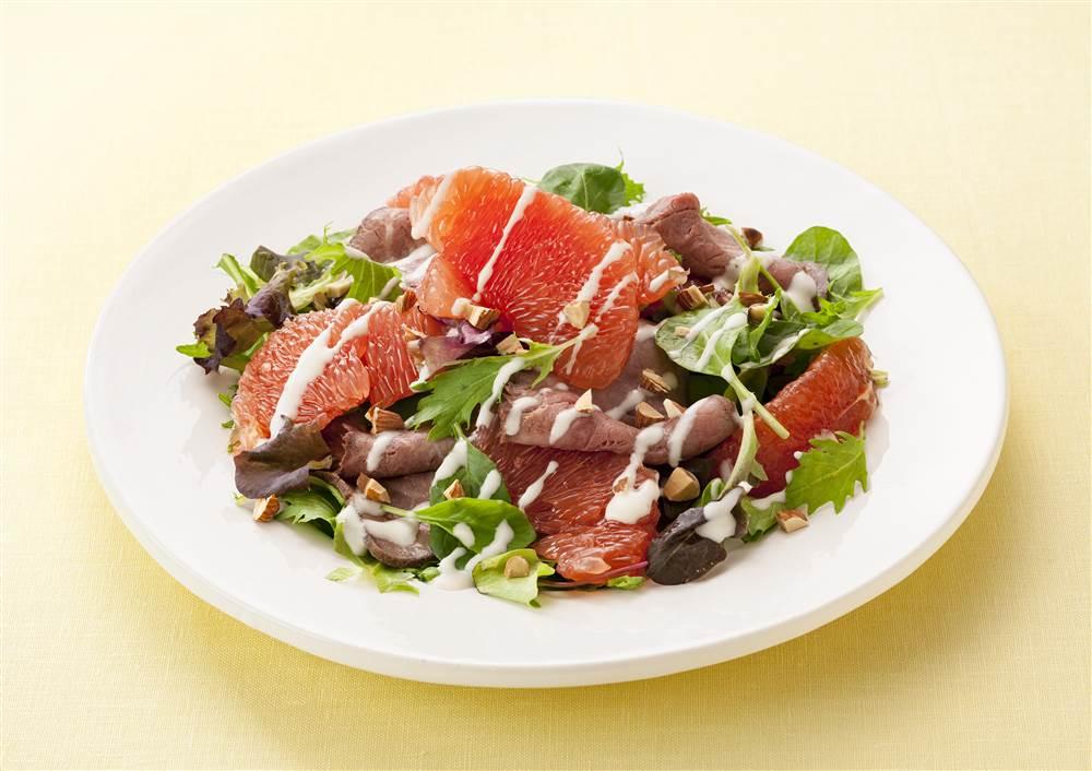 写真:ルビーグレープフルーツとローストビーフのサラダ
