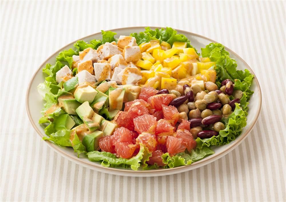 写真:ルビーグレープフルーツとアボカドのコブサラダ