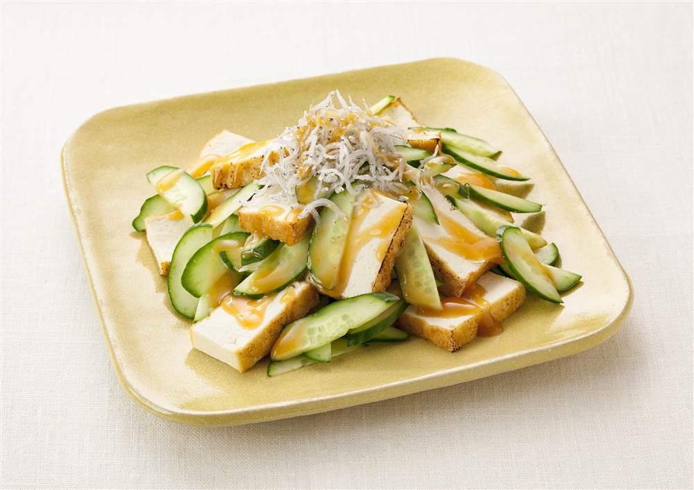 写真:きゅうりと厚揚げのサラダ