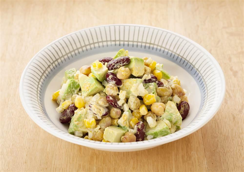 写真:アボカドとコーンのカレー豆サラダ