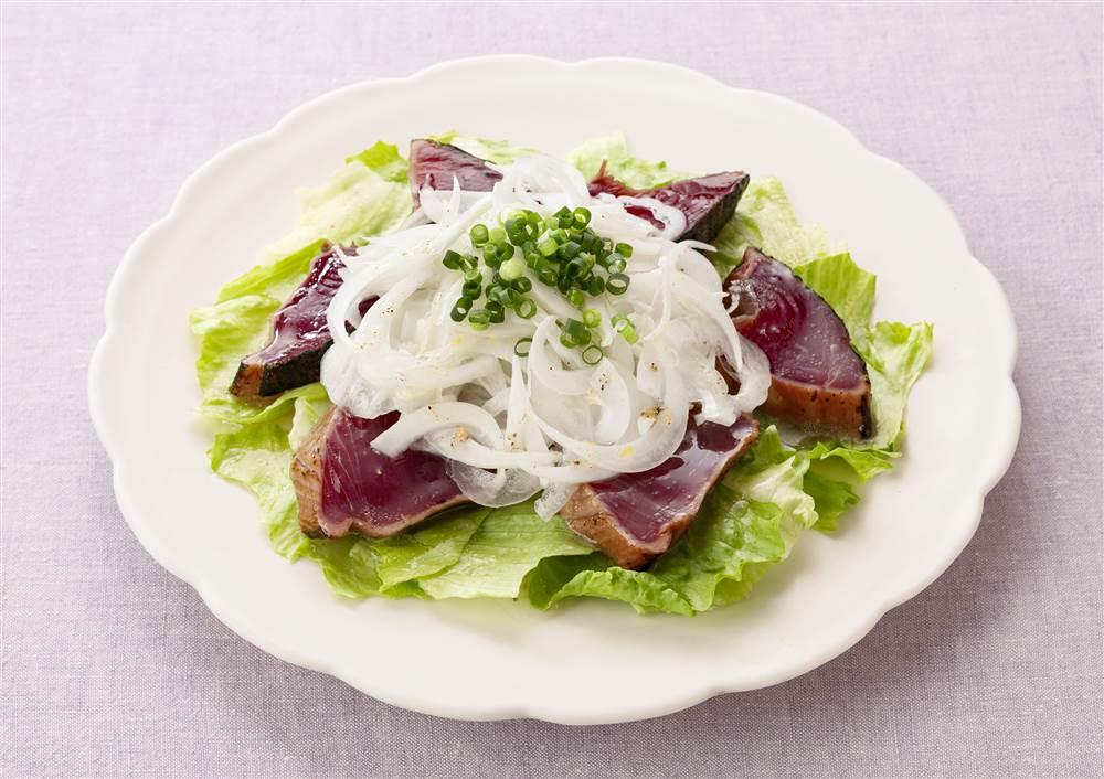 写真:新玉ねぎとかつおのたたきのサラダ