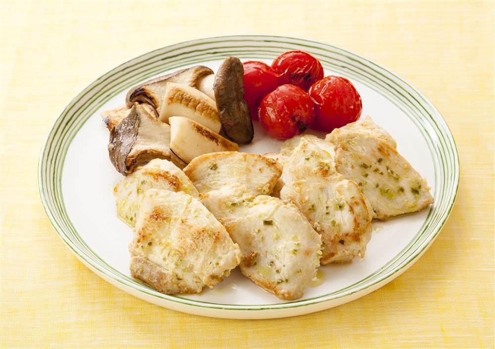 写真:鶏むね肉のバジルマヨ焼き 焼きエリンギとプチトマト添え