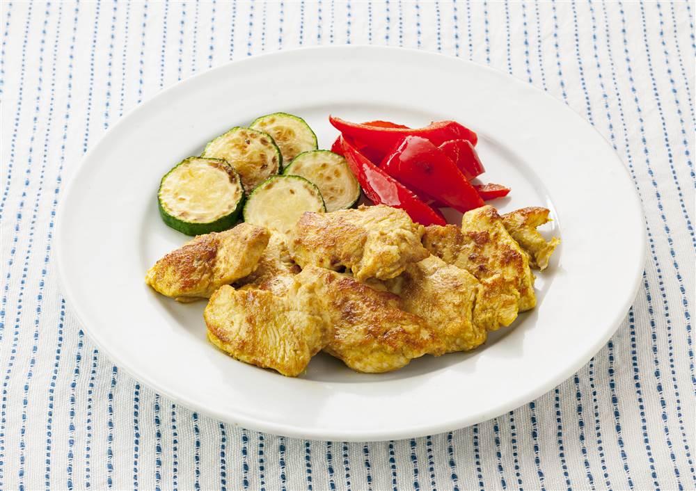 写真:鶏むね肉のカレーマヨ焼き 焼きズッキーニとパプリカ添え