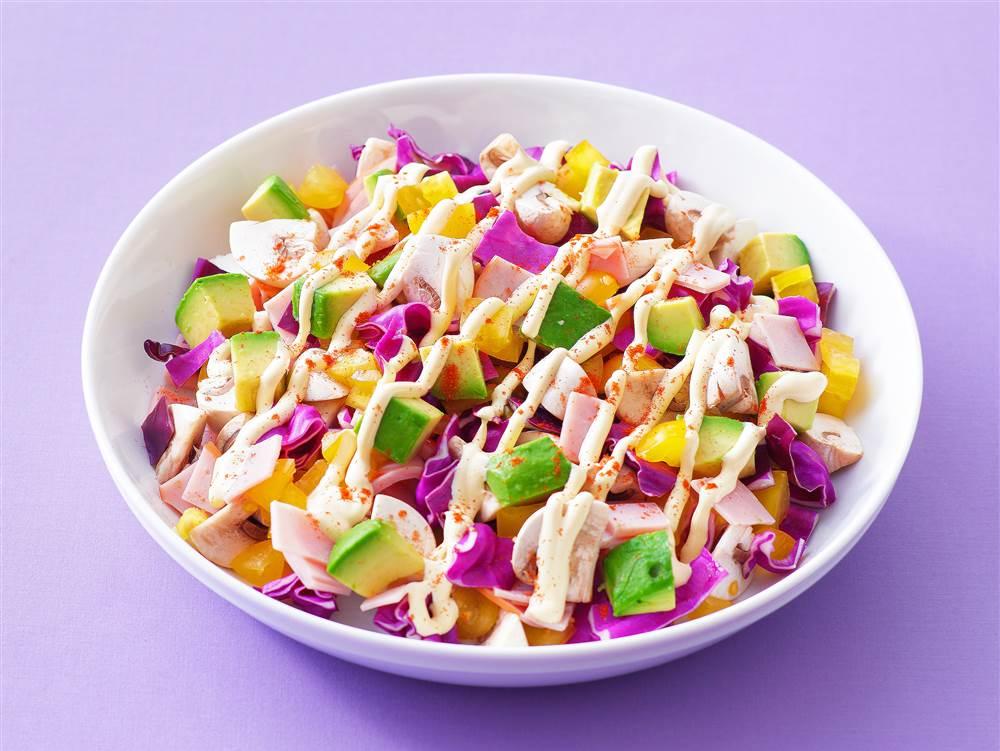 写真:紫キャベツとアボカドのチョップドサラダ