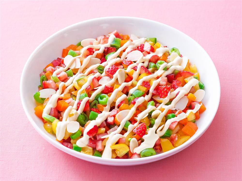 写真:いちごとベーコンのチョップドサラダ