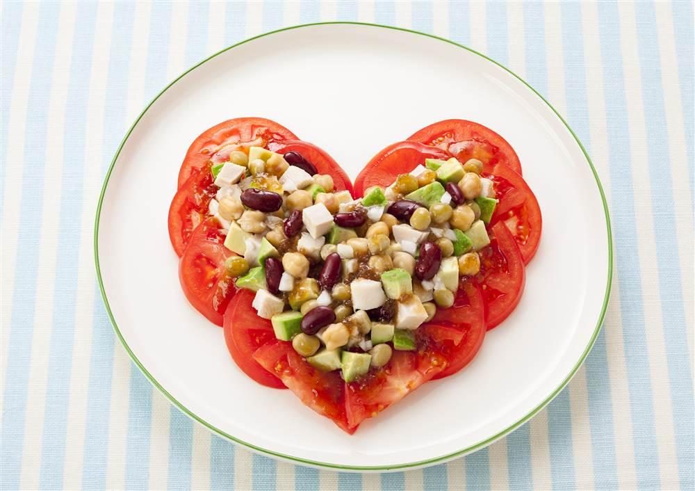写真:トマトとミックスビーンズのハートフルサラダ