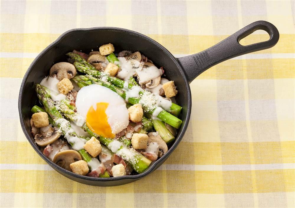 写真:グリーンアスパラガスのシーザー焼きサラダ