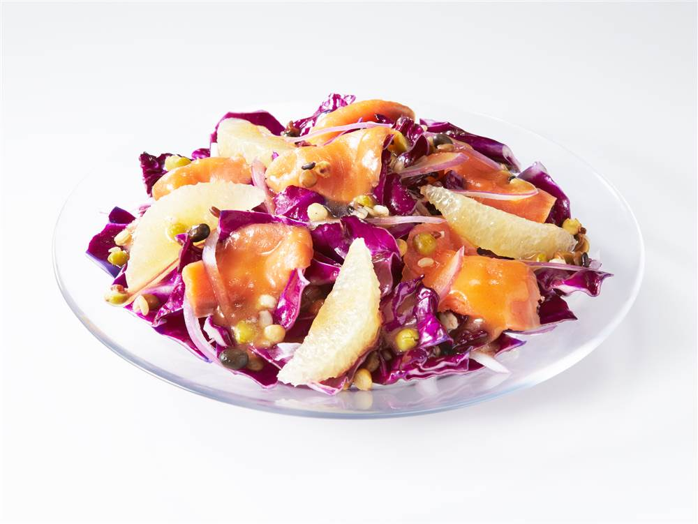 写真:グレープフルーツとスモークサーモンのパワーサラダ