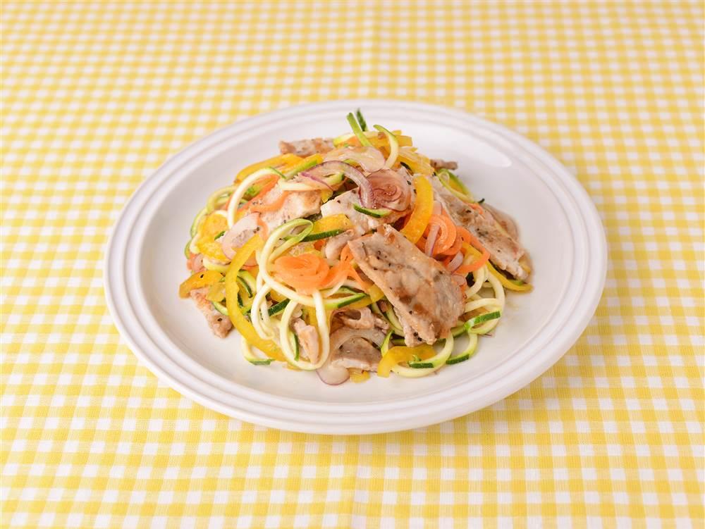 写真:カラフル野菜と豚肉のベジヌードルマリネ