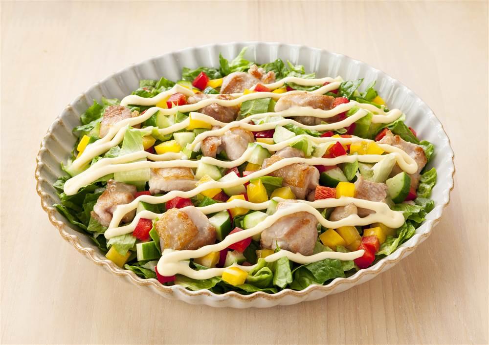 写真:グリルチキンのチョップドサラダ