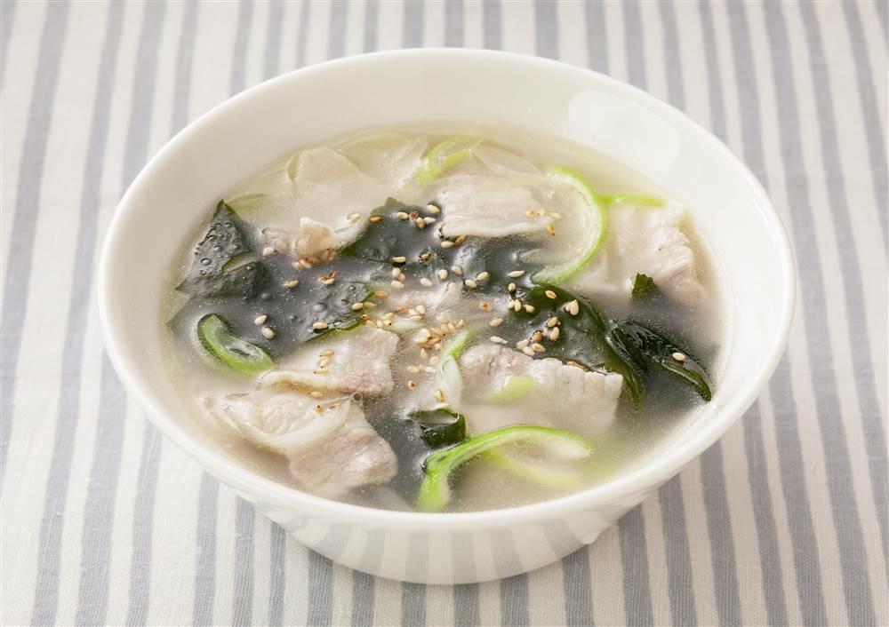 写真:わかめと豚肉の白湯スープ
