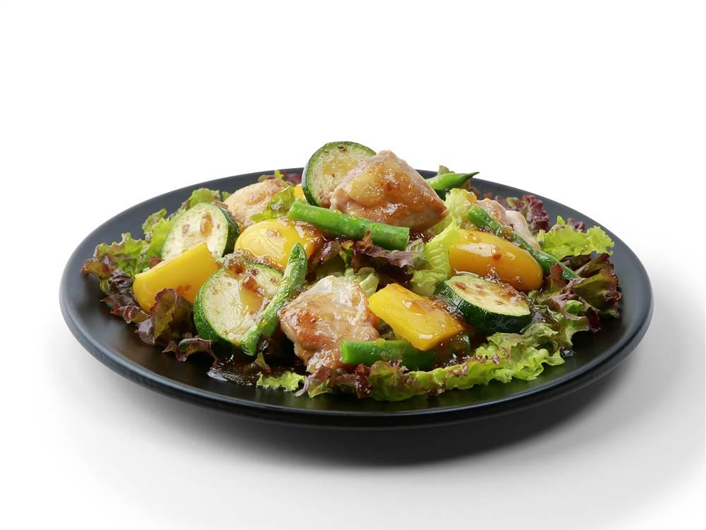 写真:鶏肉とズッキーニとパプリカのサラダ
