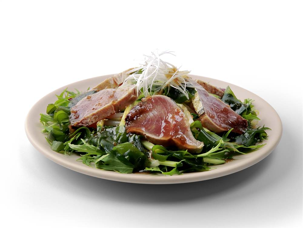 写真:かつおのたたきときゅうりと水菜のサラダ
